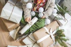 Μικρό παιδί και δώρα Στοκ εικόνες με δικαίωμα ελεύθερης χρήσης