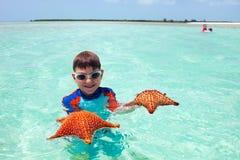 Μικρό παιδί με έναν αστερία Στοκ εικόνα με δικαίωμα ελεύθερης χρήσης