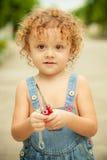 Μικρό παιδί με ένα εργαλείο στα χέρια Στοκ Εικόνα