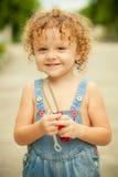 Μικρό παιδί με ένα εργαλείο στα χέρια Στοκ φωτογραφία με δικαίωμα ελεύθερης χρήσης