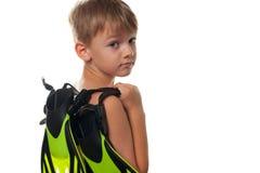 Μικρό παιδί με τα βατραχοπέδιλα που απομονώνεται στοκ εικόνα