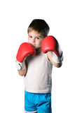 Μικρό παιδί με τα κόκκινα εγκιβωτίζοντας γάντια στο άσπρο υπόβαθρο που απομονώνεται Στοκ εικόνες με δικαίωμα ελεύθερης χρήσης