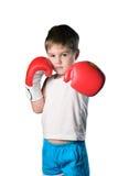 Μικρό παιδί με τα κόκκινα εγκιβωτίζοντας γάντια στο άσπρο υπόβαθρο που απομονώνεται Στοκ φωτογραφία με δικαίωμα ελεύθερης χρήσης