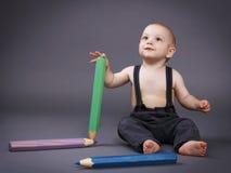 Μικρό παιδί με τα μεγάλα κραγιόνια Στοκ Εικόνες