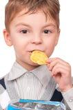 Μικρό παιδί με τα τσιπ πατατών πακέτων Στοκ φωτογραφίες με δικαίωμα ελεύθερης χρήσης