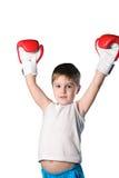 Μικρό παιδί με την κόκκινη τοποθέτηση νίκης γαντιών εγκιβωτισμού στο άσπρο υπόβαθρο που απομονώνεται Στοκ Εικόνες