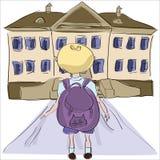 Μικρό παιδί με τη μεγάλη σχολική τσάντα που στέκεται προς το σχολικό κτίριο Στοκ Εικόνα