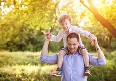 Μικρό παιδί με τον μπαμπά του Στοκ εικόνες με δικαίωμα ελεύθερης χρήσης