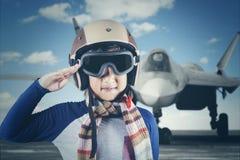 Μικρό παιδί με το αεροπλάνο αεριωθούμενων αεροπλάνων Στοκ εικόνες με δικαίωμα ελεύθερης χρήσης