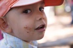 Μικρό παιδί με το βρώμικο πρόσωπο σοκολάτας Στοκ φωτογραφία με δικαίωμα ελεύθερης χρήσης