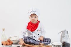Μικρό παιδί με το καπέλο αρχιμαγείρων Στοκ εικόνες με δικαίωμα ελεύθερης χρήσης