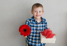 Μικρό παιδί με το κόκκινο κιβώτιο λουλουδιών και δώρων Στοκ εικόνες με δικαίωμα ελεύθερης χρήσης