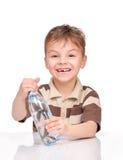 Μικρό παιδί με το πλαστικό μπουκάλι νερό Στοκ φωτογραφία με δικαίωμα ελεύθερης χρήσης
