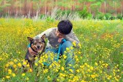 Μικρό παιδί με το σκυλί Στοκ εικόνα με δικαίωμα ελεύθερης χρήσης