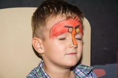 Μικρό παιδί με το χρωματισμένοα πρόσωπο ως πουλιά Στοκ Φωτογραφία