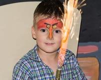 Μικρό παιδί με το χρωματισμένοα πρόσωπο ως πουλιά Στοκ εικόνες με δικαίωμα ελεύθερης χρήσης