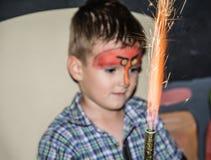 Μικρό παιδί με το χρωματισμένοα πρόσωπο ως πουλιά Στοκ φωτογραφία με δικαίωμα ελεύθερης χρήσης