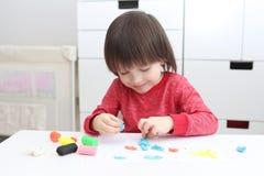 Μικρό παιδί με το playdough στο σπίτι Στοκ φωτογραφίες με δικαίωμα ελεύθερης χρήσης