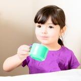 Μικρό παιδί με Mouthful του τσαγιού Στοκ φωτογραφία με δικαίωμα ελεύθερης χρήσης