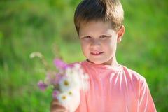 Μικρό παιδί περικοπών με τη δέσμη των λουλουδιών Στοκ Φωτογραφίες