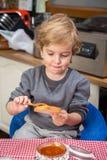 Μικρό παιδί που έχει το πρόγευμα Στοκ φωτογραφία με δικαίωμα ελεύθερης χρήσης