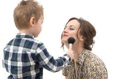 Μικρό παιδί που βάζει στο makeup στη μητέρα της που απομονώνεται Στοκ φωτογραφία με δικαίωμα ελεύθερης χρήσης