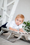 Μικρό παιδί που βρίσκεται σε ένα έλκηθρο Στοκ εικόνες με δικαίωμα ελεύθερης χρήσης