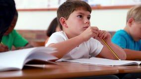 Μικρό παιδί που γράφει κατά τη διάρκεια της κατηγορίας απόθεμα βίντεο