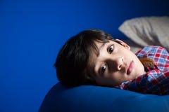 Μικρό παιδί που εξετάζει τη κάμερα Στοκ Φωτογραφίες