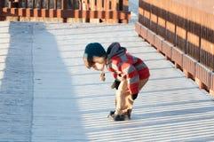 Μικρό παιδί που εξετάζει τον παγετό Στοκ Εικόνες