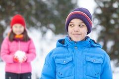 Μικρό παιδί που εξετάζει το συμπαθητικό κορίτσι Στοκ φωτογραφία με δικαίωμα ελεύθερης χρήσης