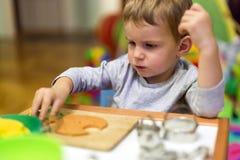 Μικρό παιδί που εργάζεται με τον άργιλο Στοκ Φωτογραφίες