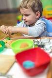 Μικρό παιδί που εργάζεται με τον άργιλο Στοκ Εικόνες