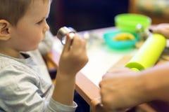 Μικρό παιδί που εργάζεται με τον άργιλο Στοκ φωτογραφίες με δικαίωμα ελεύθερης χρήσης