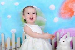 Μικρό παιδί που διεγείρεται γλυκό για Πάσχα Στοκ εικόνες με δικαίωμα ελεύθερης χρήσης