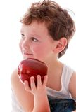 Μικρό παιδί που κρατά τη μεγάλη κόκκινη Apple, κινηματογράφηση σε πρώτο πλάνο Στοκ φωτογραφία με δικαίωμα ελεύθερης χρήσης