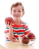 Μικρό παιδί που κρατά τη μεγάλη κόκκινη Apple, κινηματογράφηση σε πρώτο πλάνο Στοκ Εικόνες