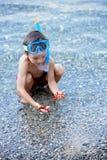 Μικρό παιδί που κρατά τον κόκκινο αστερία πέντε σημείου και καθαρός στα χέρια του στοκ εικόνες