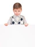 Μικρό παιδί που κρυφοκοιτάζει από τον κενό πίνακα Στοκ Εικόνες