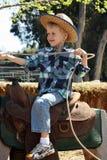 Μικρό παιδί που οδηγά το πλαστό άλογο Στοκ φωτογραφία με δικαίωμα ελεύθερης χρήσης