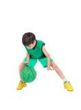 Μικρό παιδί που παίζει την πράσινη καλαθοσφαίριση στον πράσινο ομοιόμορφο αθλητισμό PE Στοκ εικόνες με δικαίωμα ελεύθερης χρήσης