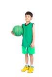 Μικρό παιδί που παίζει την πράσινη καλαθοσφαίριση στον πράσινο ομοιόμορφο αθλητισμό PE Στοκ φωτογραφία με δικαίωμα ελεύθερης χρήσης