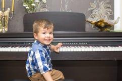 Μικρό παιδί που παίζει το πιάνο στο σπίτι Στοκ Εικόνες