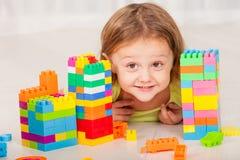 Μικρό παιδί που παίζει Lego στο πάτωμα Στοκ φωτογραφίες με δικαίωμα ελεύθερης χρήσης