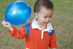 Μικρό παιδί που παίρνει ένα μπαλόνι στοκ φωτογραφίες