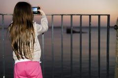 Μικρό παιδί που παίρνει την εικόνα της άποψης θάλασσας στοκ φωτογραφία