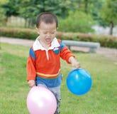Μικρό παιδί που παίρνει δύο μπαλόνια στοκ εικόνες με δικαίωμα ελεύθερης χρήσης