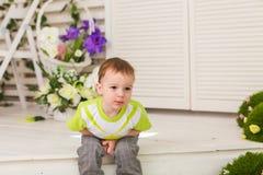 Μικρό παιδί που παρουσιάζει πόνο στομαχιών Στοκ φωτογραφία με δικαίωμα ελεύθερης χρήσης