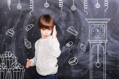 Μικρό παιδί που περιμένει το νέο κόμμα έτους Στοκ Εικόνες