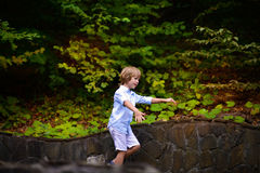 Μικρό παιδί που περπατά στο πάρκο το καλοκαίρι Στοκ Εικόνες